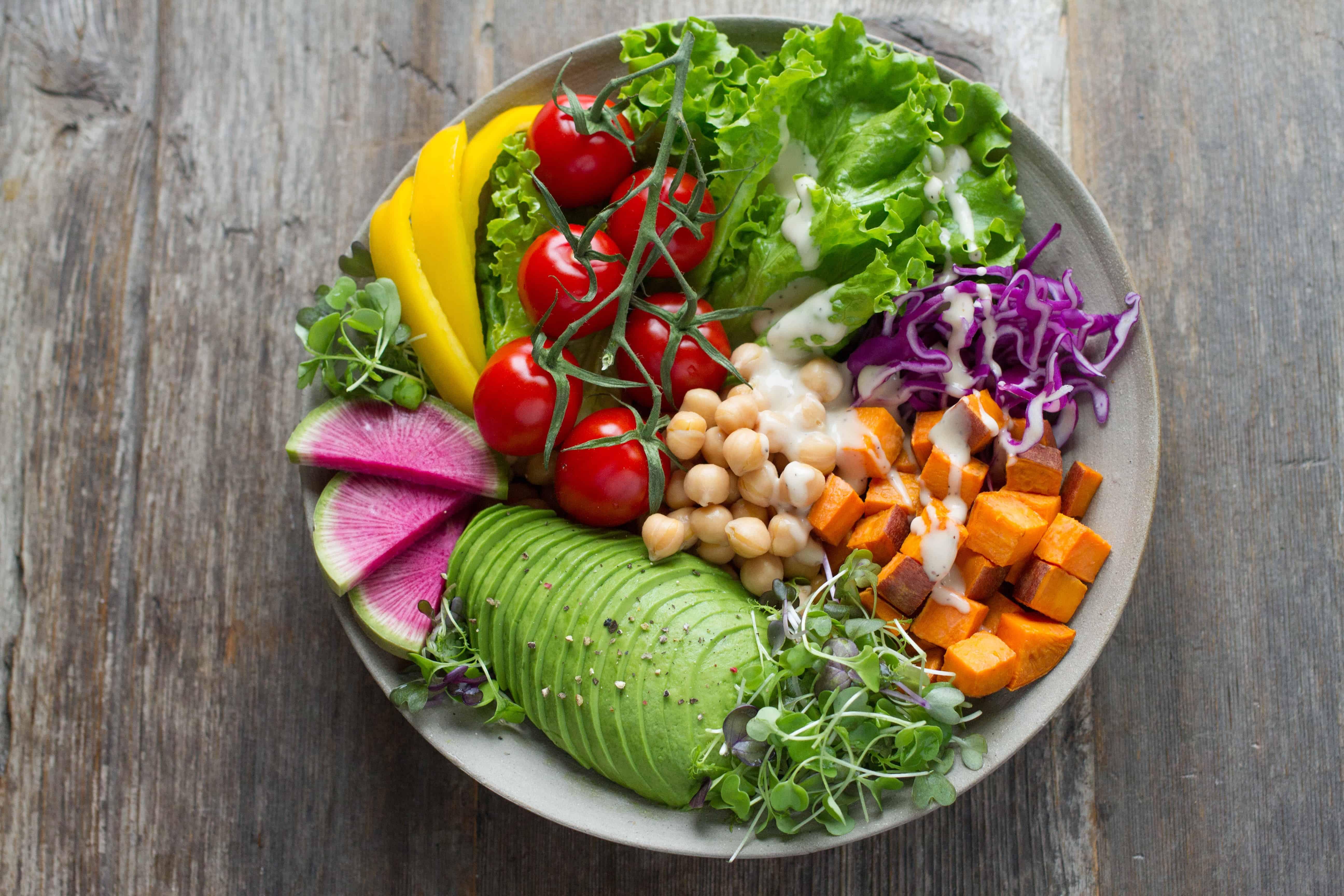 Schüssel mit buntem Salat