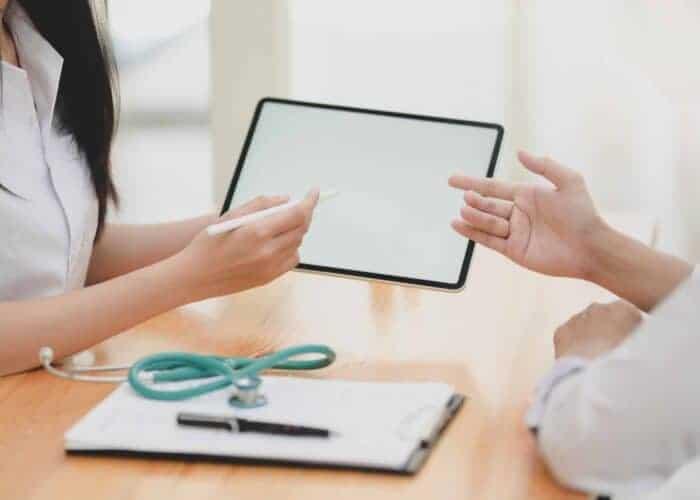 Gespräch zwischen Heilpraktiker und Patient