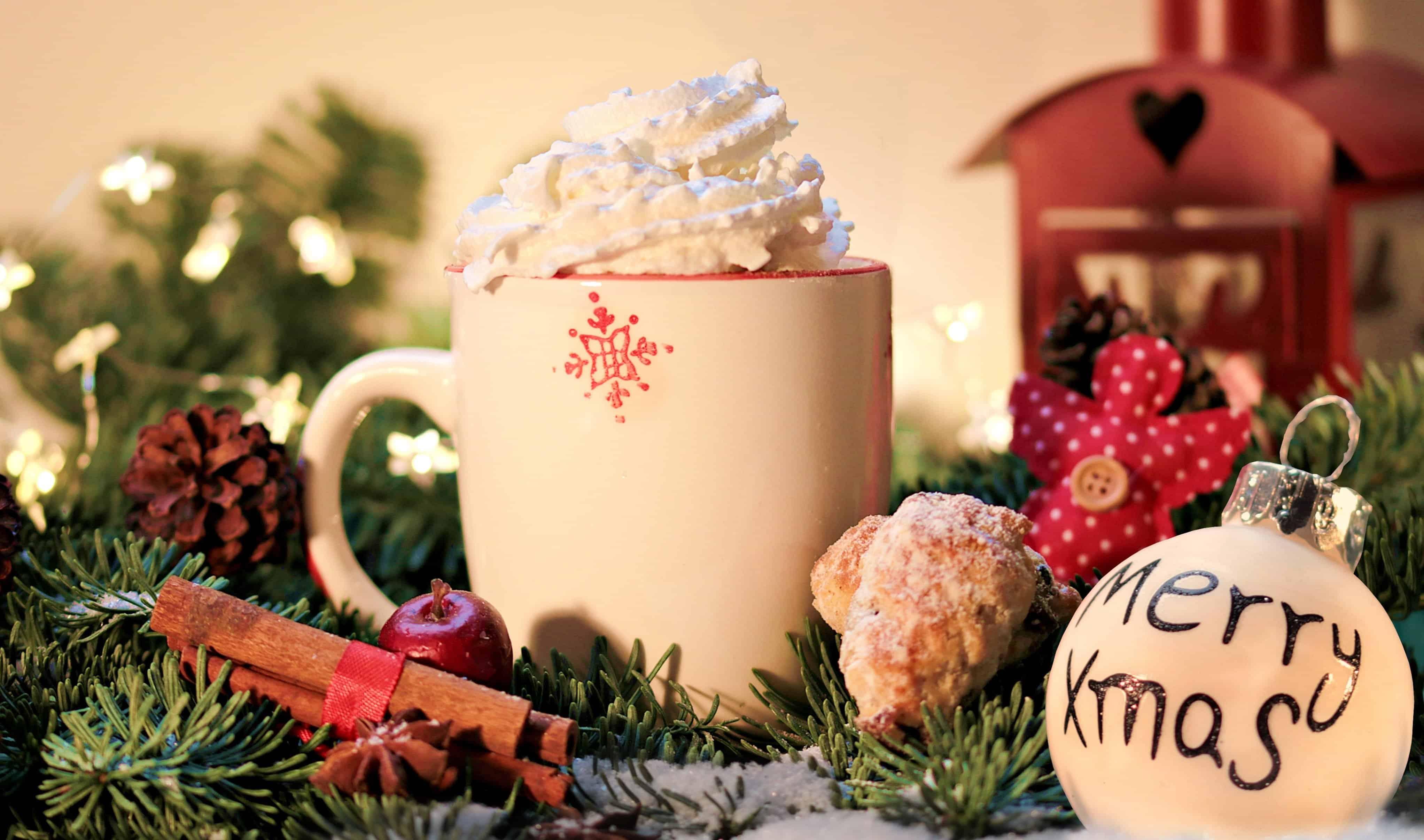 Weihnachtsbecher mit Sahnehaube und Weihnachtskugel
