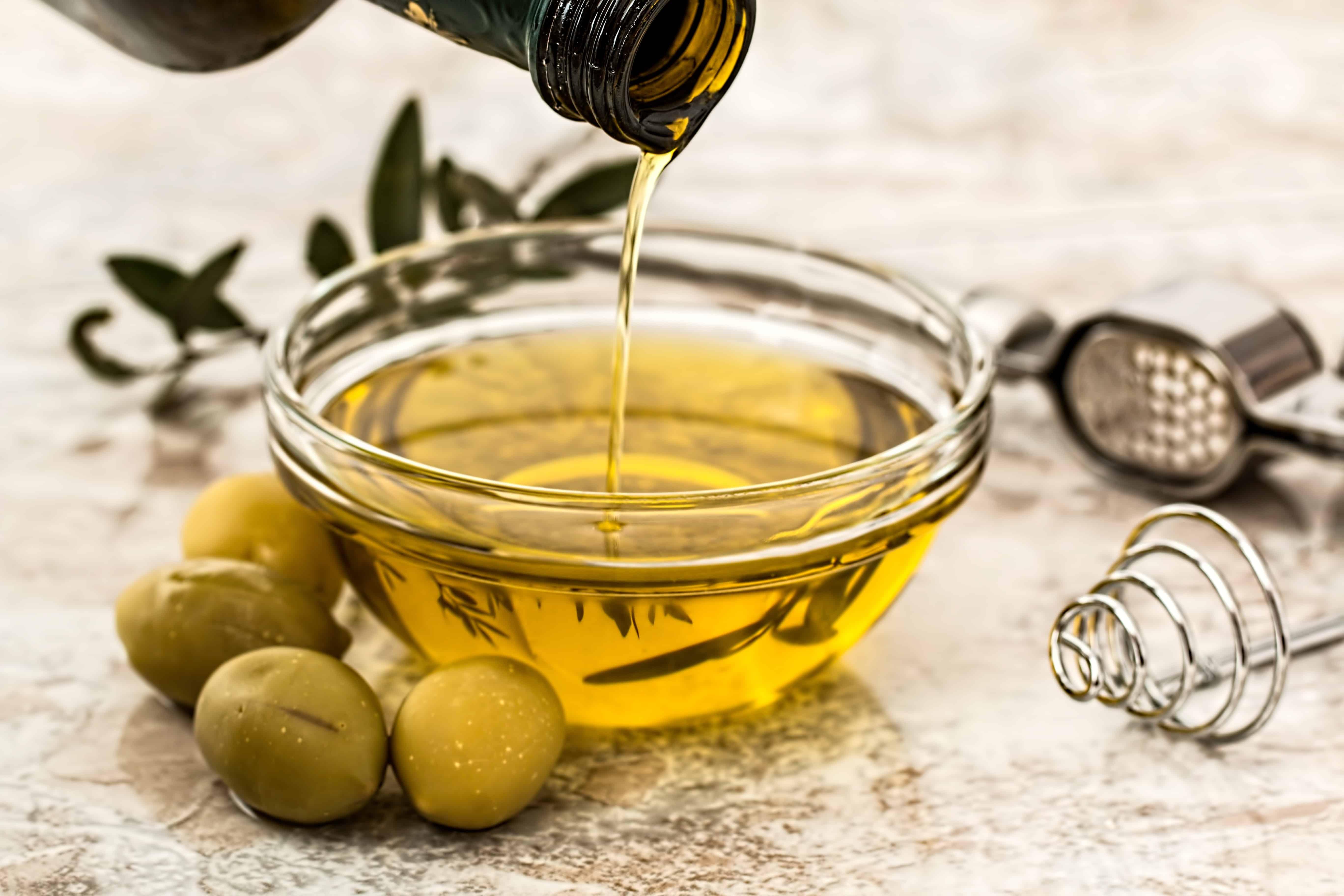 Schale in die Olivenöl gegossen wird