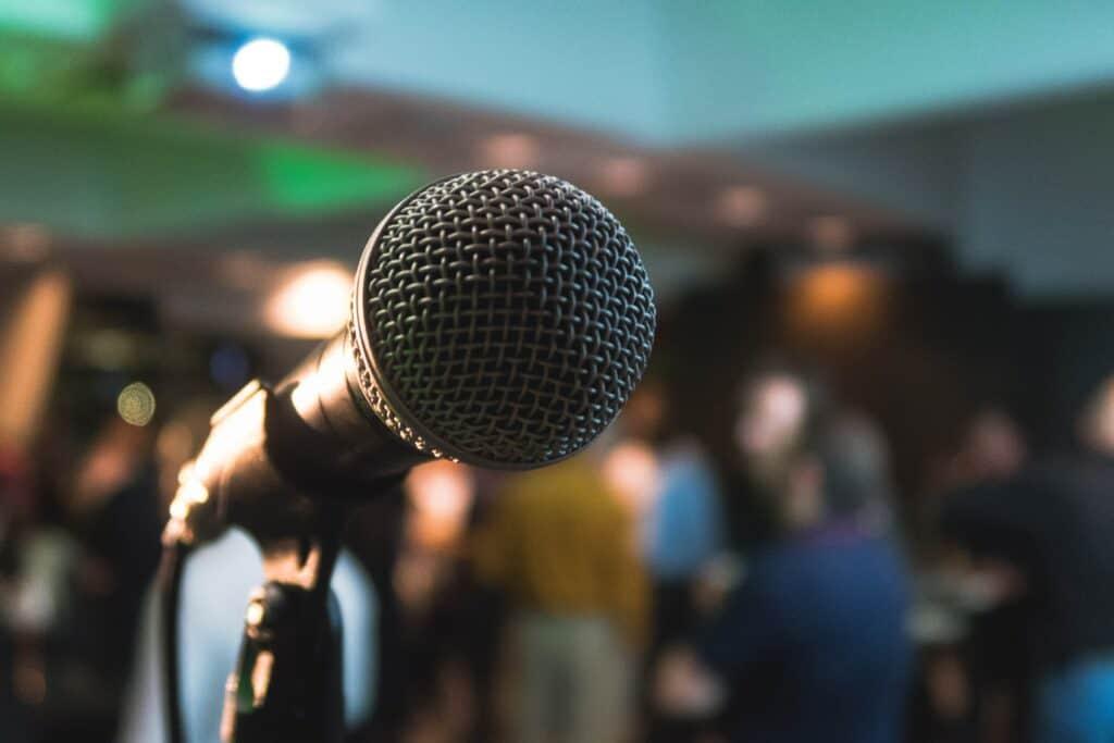 Mikrofon mit Publikum vernebelt im Hintergrund