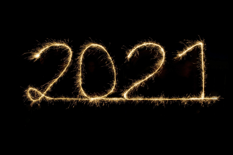 2021 als Wunderkerze auf schwarzem Hintergrund