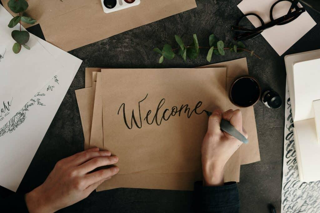 Welcome wird auf braunen Karton geschrieben