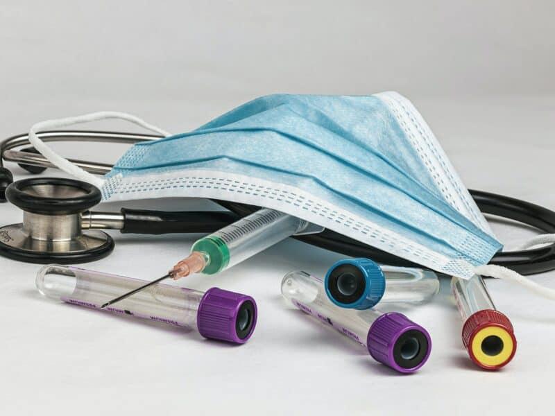 Stethoskop, Mundschutz, Spritze, Blutentnahmeröhrchen