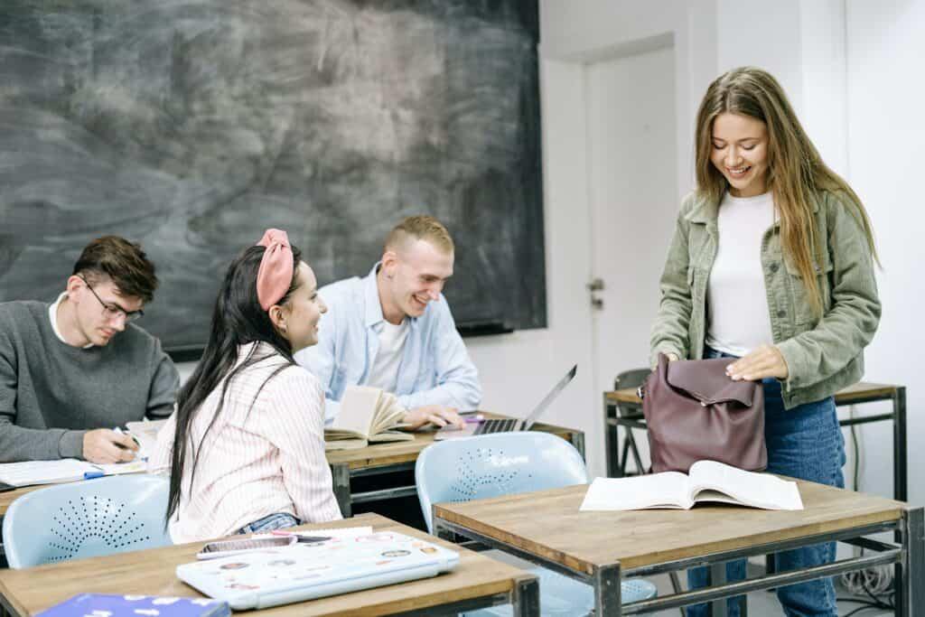 Erwachsene in Klassenzimmer
